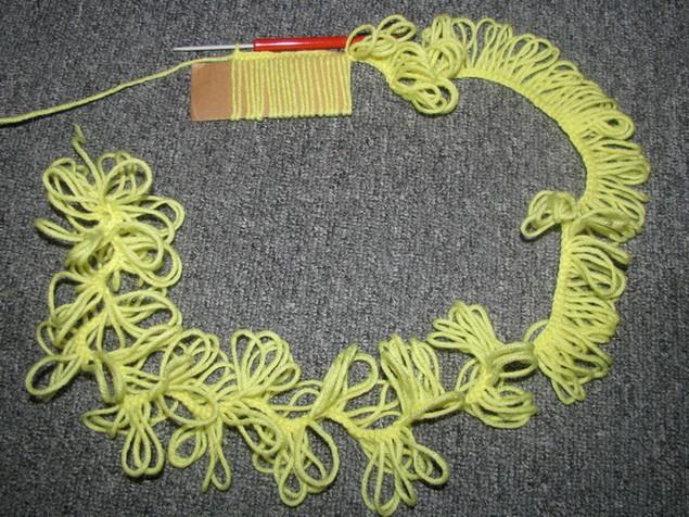 Moderna bufanda de crochet fácil hecha con un molde de cartón