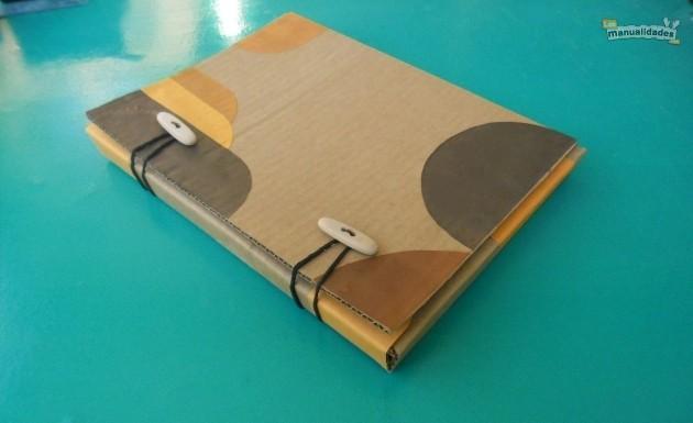 Para ver el tutorial completo de cómo hacer una carpeta con cartón
